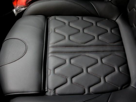 Volleder-Sitze in hervorragender Verarbeitung! Da braucht sich Peugeot auch hinter den Premium-Herstellern nicht verstecken! Lediglich aktive Sitzbelüftung fehlt noch!
